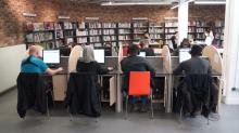 Des postes informatique en accès libre bibliothèque Robert Desnos à Montreuil. Photo © Est Ensemble / Direction de la communication