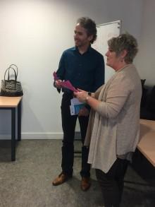 Remise du prix du concours de pitch par Sylvie Badoux, vice-présidente d'Est Ensemble déléguée à  l'emploi, l'insertion et la formation