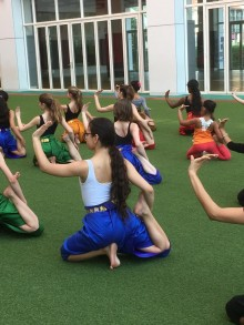 Apprentissage de la danse khmère avec les élèves cambodgiens. Photo Est Ensemble / Direction de la culture