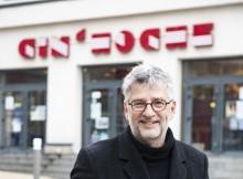 Michel Leclerc devant le Cin'Hoche à Bagnolet, par Hervé Boutet