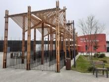 Structure d'ombrage avec brumisateur créée sur le parvis de la piscine des Murs à pêche à Montreuil. Photo Est Ensemble.