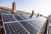 Les panneaux solaires installés cet été sur le toit de l'école Waldeck Rousseau aux Lilas par la coopérative Électrons Solaires 93. Photo Est Ensemble / Corinne Rozotte.