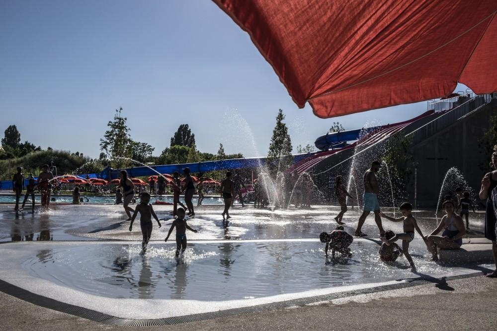 Bassin Exterieur Jeux D Eaux Pelouses Est Ensemble Ouvre A
